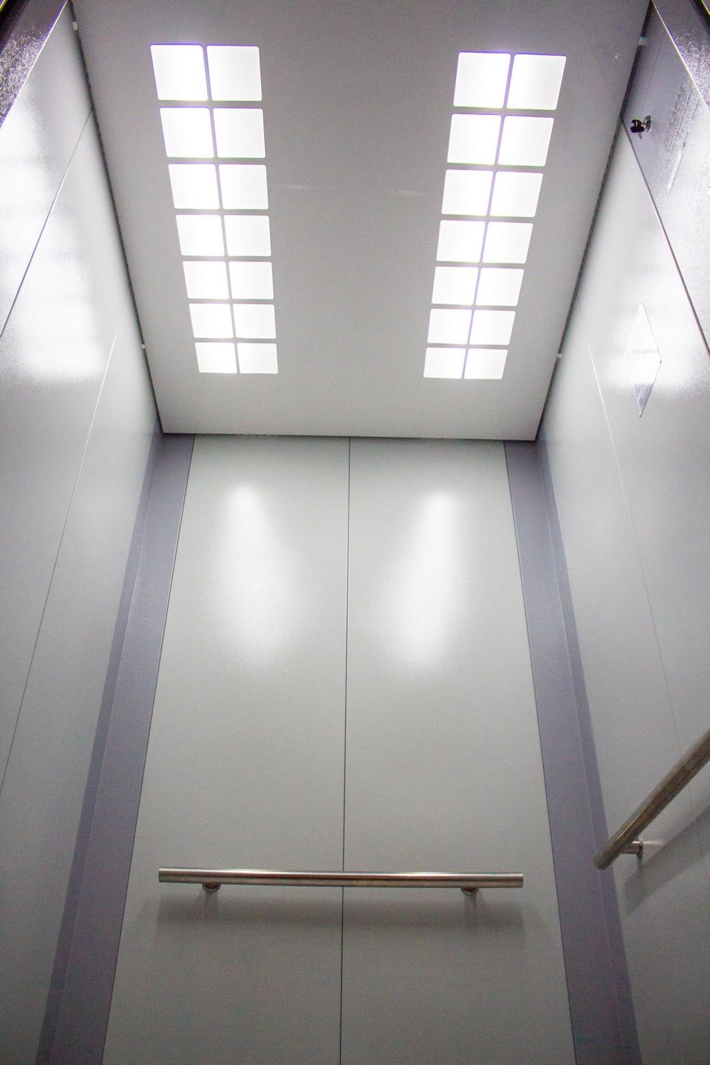 Варианты потолков кабины лифта с люминисцентным и галогеновым освещением